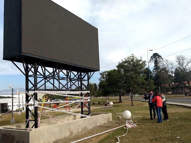 Concejales en ocasión de la visita al lugar donde está la pantalla publicitaria.(Fotografía: Prensa-Concejo Deliberante)